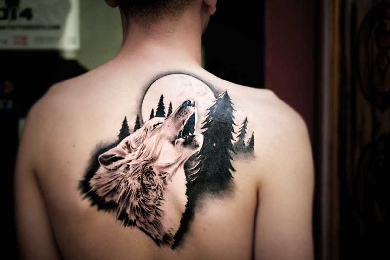 Tatuaje en la espalda de lobo en realismo