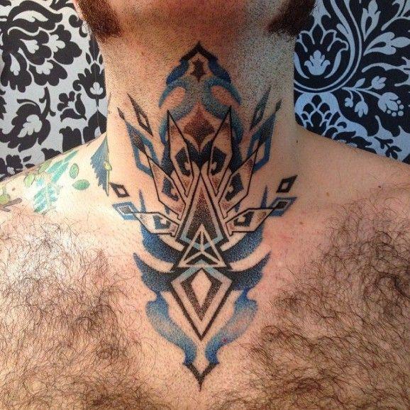 Elegante tatuaje cuello
