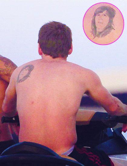 Messi mostrando el tatuaje dedicado a su madre