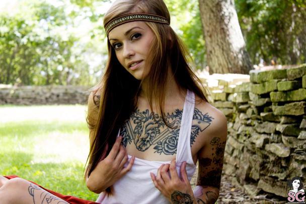 Modelo tatuada Suicide Girl Scoli