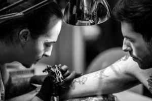 como-cuidar-un-tatuaje-tatuador