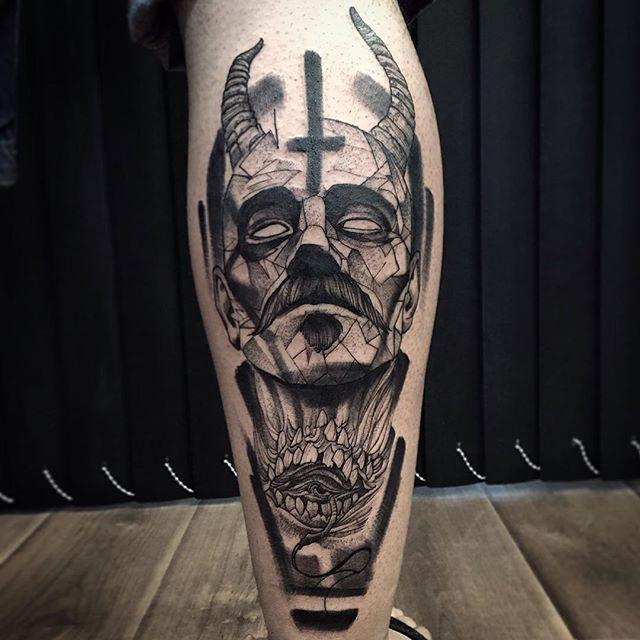Otro excelente tatuaje negro Blackwork