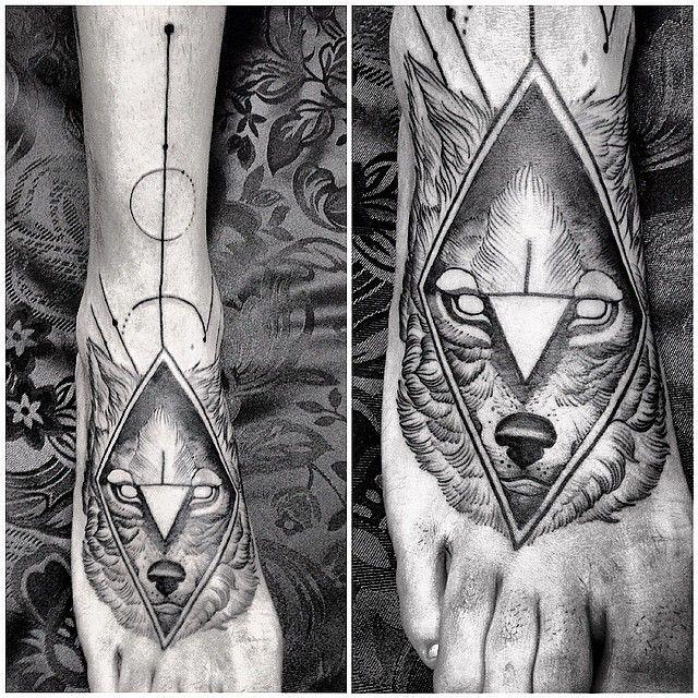 Tatuaje de lobo en el pie