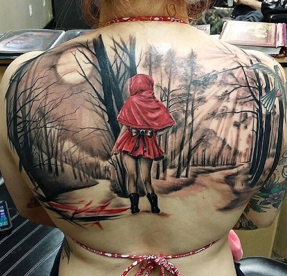 tatuaje de la caperucita rojo en la espalda