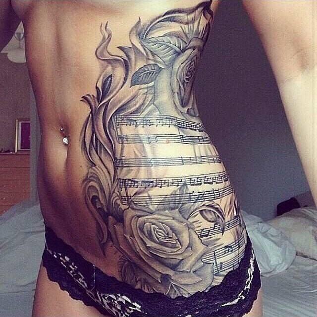 Tatuajes para mujeres de cadera y costillas