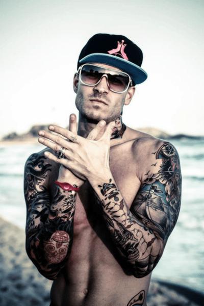Hombre tatuado en los dos brazos
