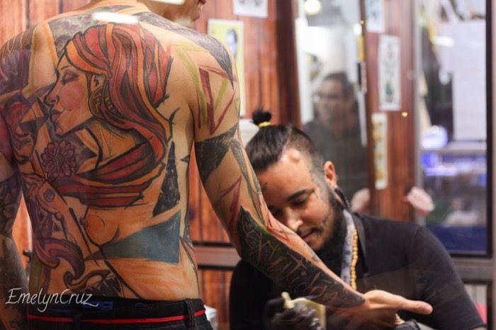 Andre Cruz trabajando en una convencion de tatuaje