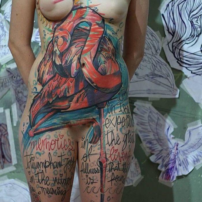 Potente tatuaje de un flamenco
