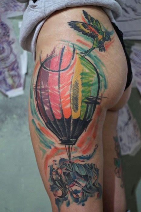 Colorido tatuaje de un globo de aire caliente