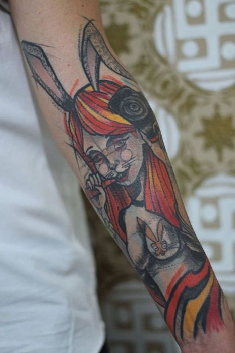 Divertido tatuaje de una mujer conejo