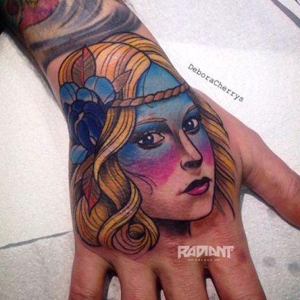Tatuaje neo tradicional en la mano por Debora Cherrys