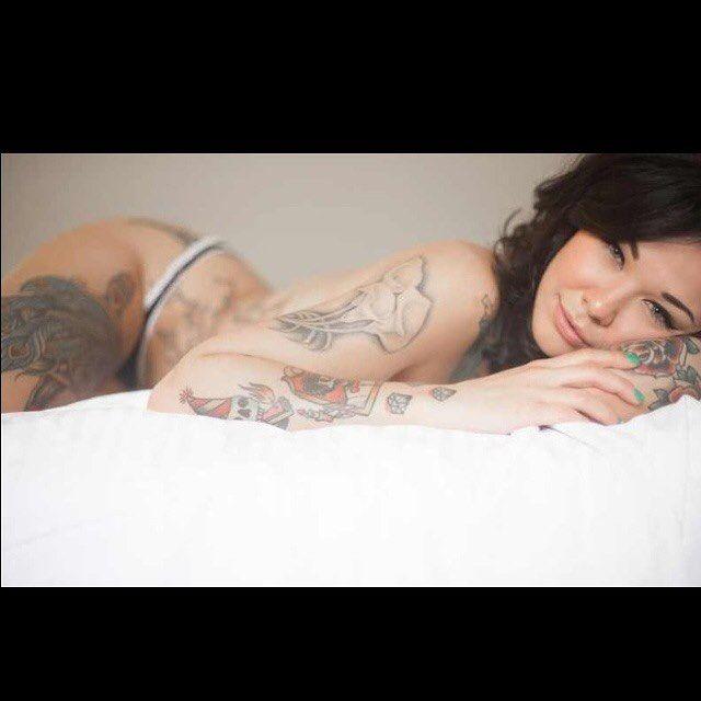 Preciosa modelo tatuada via @caramiaxo