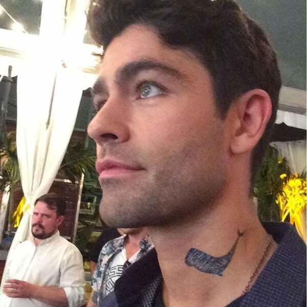 La buena causa detrás del tatuaje de Adrian Grenier en el cuello 1
