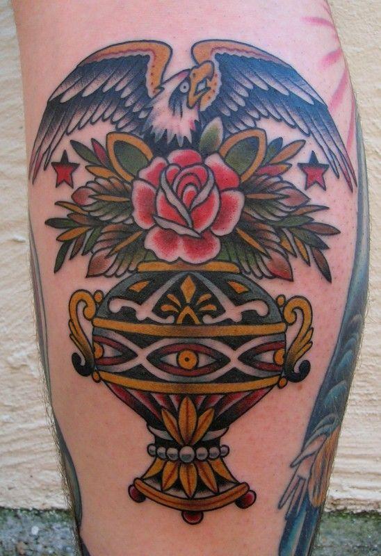 Las culturas indígenas suelen valorar el aspecto oportunista e inteligente de estas aves. Tatuaje de Paul Anthony Doubleman.