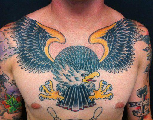 Con sus alas el aguila es una pieza perfecta para el pecho. Tatuaje por Dave Hartman