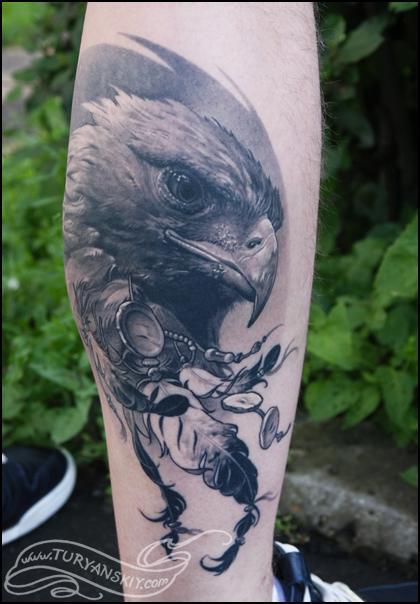 Gracias a su capacidad para volar alto, el águila es considerada como mensajera de los dioses y portadora de sueños esperanzadores. Tatuaje de Oleg Turyanskiy.