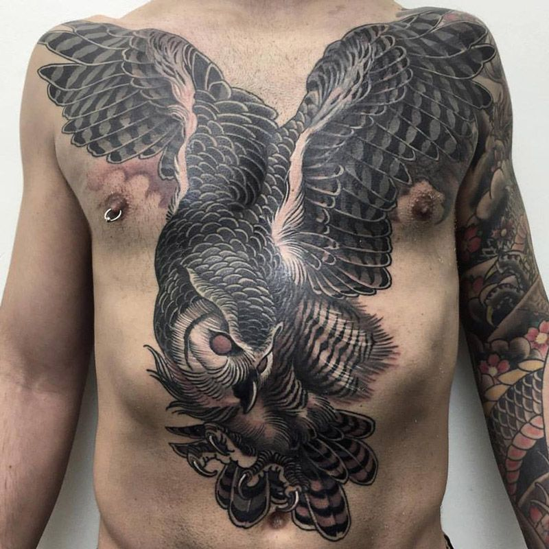 Increible tatuaje de buho en la barriga