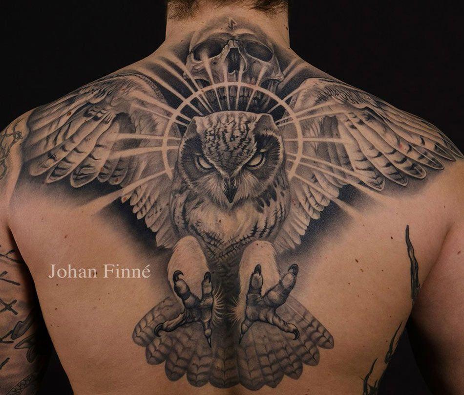 Gran trabajo en este tatuaje de buho en la espalda