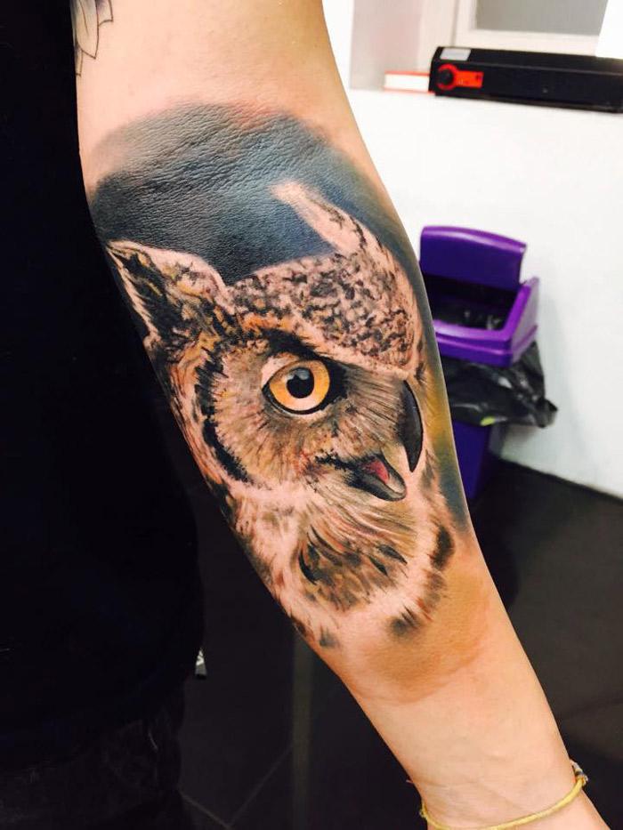 Tatuaje de buho en el brazo