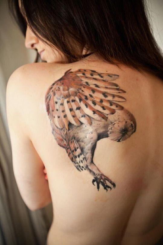 Tatuajes de buhos en la espalda