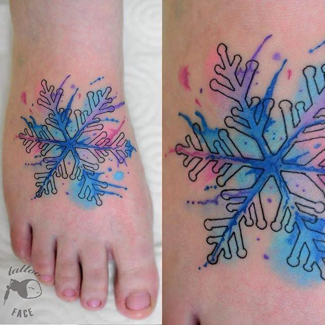 Tatuaje de copo de nieve en el pie por Hami Iffy-Négyökrű.