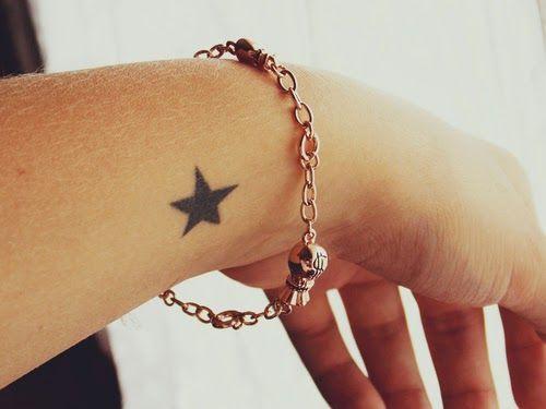 Tatuaje de estrella en la muñeca