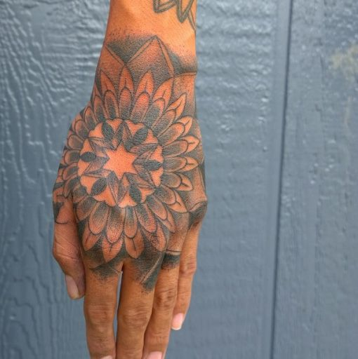 Estrella tatuada en la mano