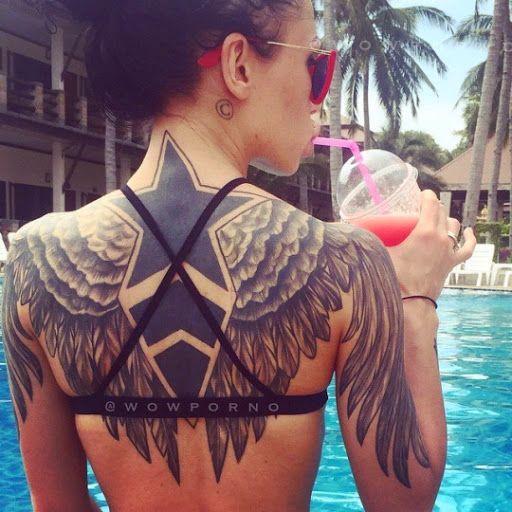 Estrella tatuada en la espalda