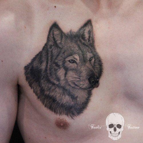 Tatuaje de lobo en el pecho