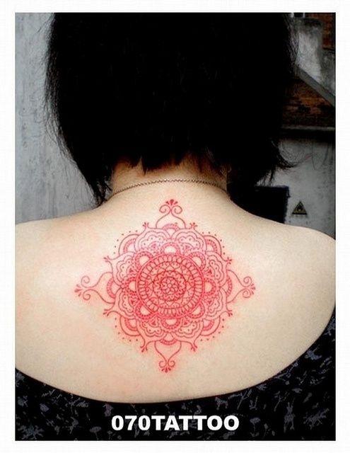 Tatuaje de mandala rojo en la espalda