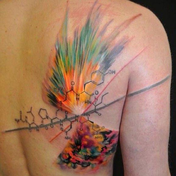 Colorida tatuaje de molecula hecho en Rendezvous Tattoo.