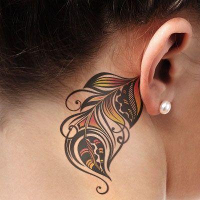 Bonito tatuaje de pluma detrás de la oreja