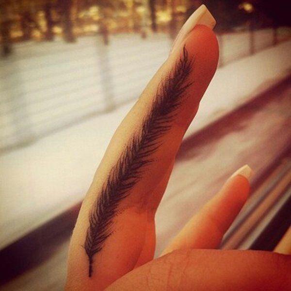 pluma tatuada en el dedo