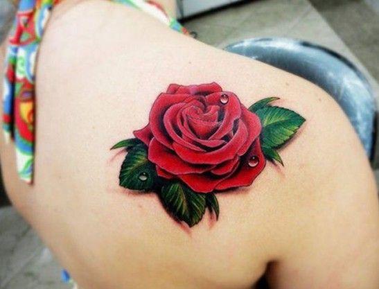 Magnifico tatuaje de rosa en color en el ombro