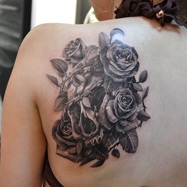 Tatuajes de rosas con una calavera