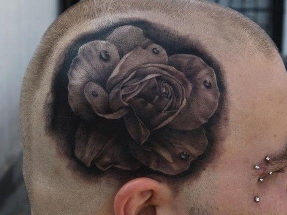 Rosa tatuada en el craneo