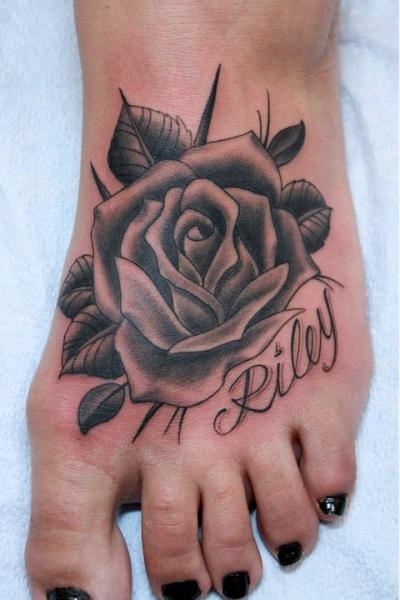 Rosa en negro y gris en el pie