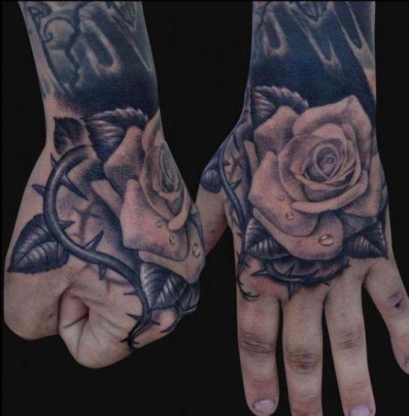 Tatuaje de rosas en las manos