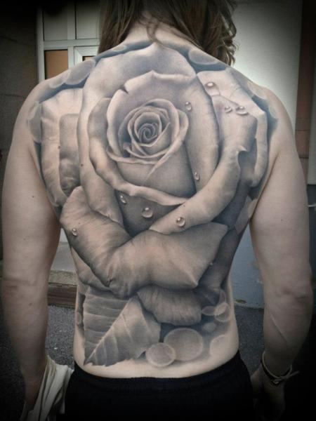 Espalda completa de un tatuaje de rosa