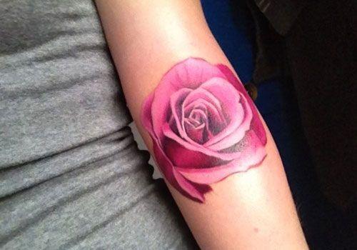 Muy bonita rosa en el antebrazo