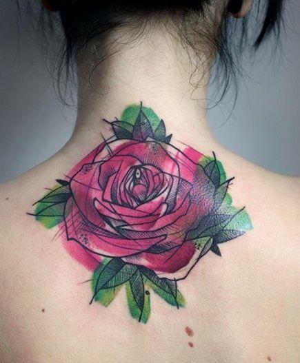 Tatuaje acuarella de una rosa en la nuca