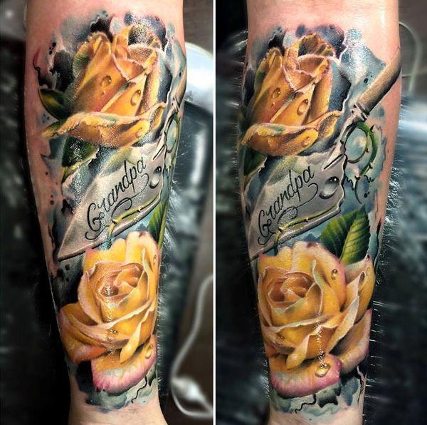 Maginificas rosas amarillas tatuadas en los gemelos