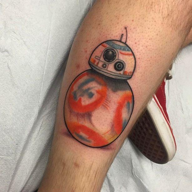Tatuaje de BB-8 por Tyler Nealeigh