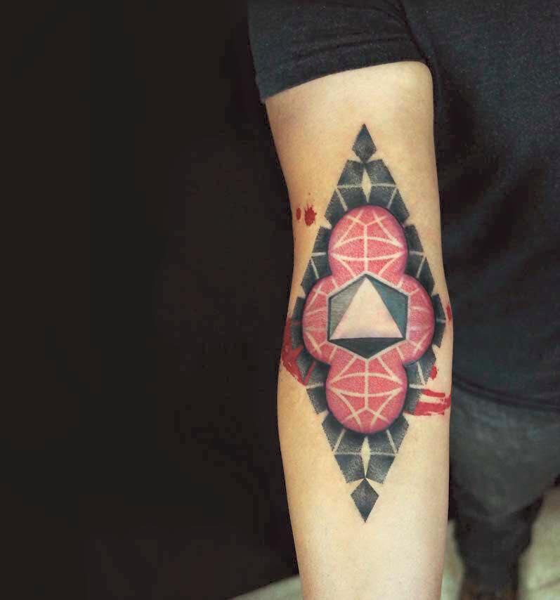 Tatuaje abstracto en el interior del brazo