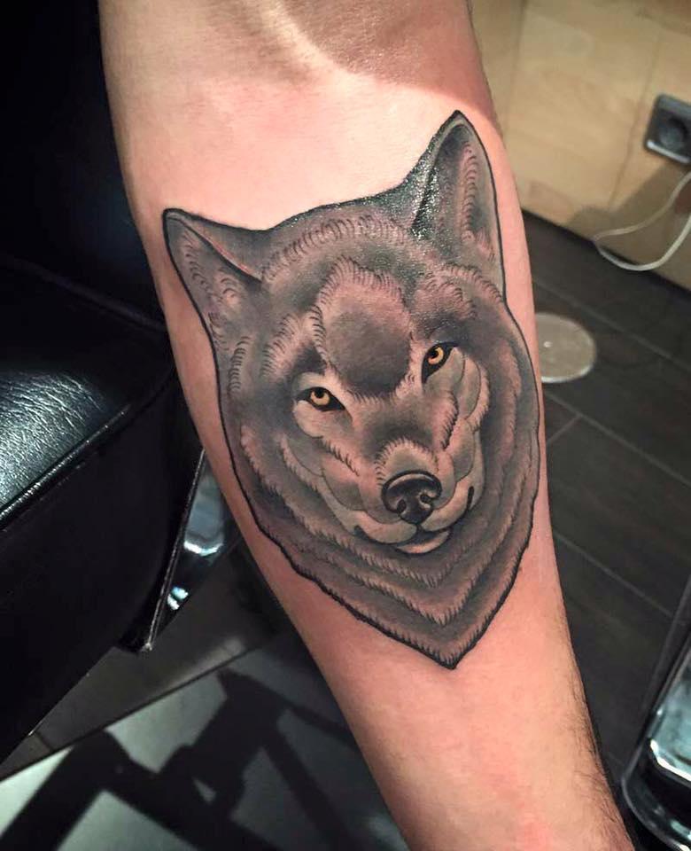 Tatuaje de un lobo hecho en la Mano Zurda