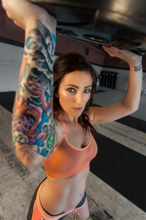 mujer-con-tatuajes-06