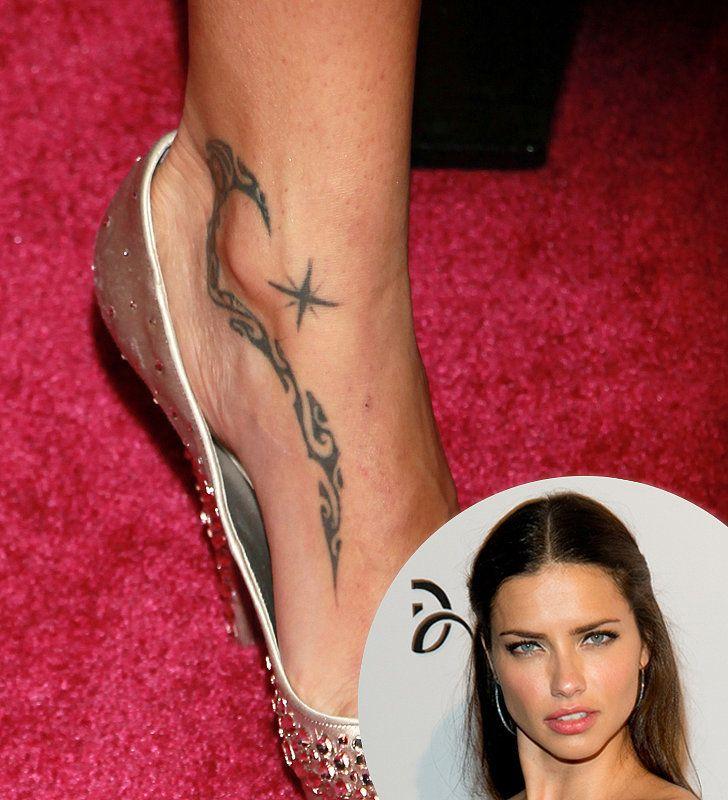 tatuaje en el pie de Adriana Lima