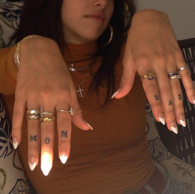 En los dedos de Lourdes Leon