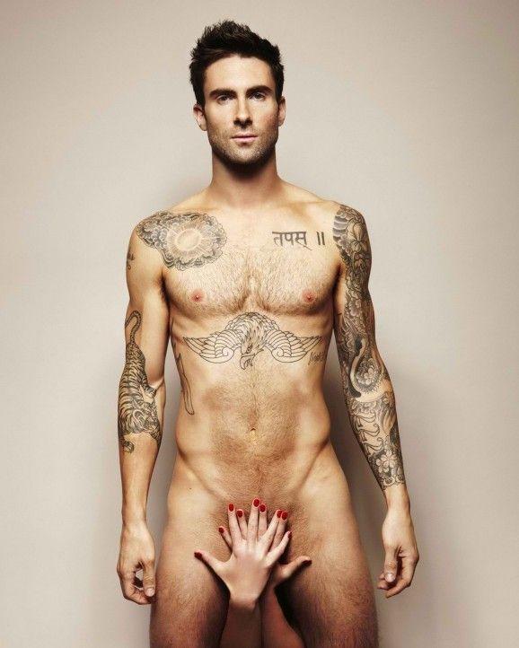 Adam Levine posando con sus tattoos
