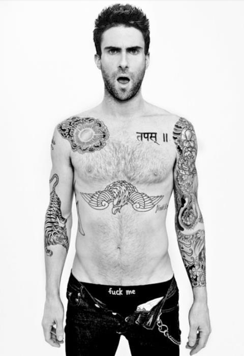 tatuajes de Adam Levine de frente